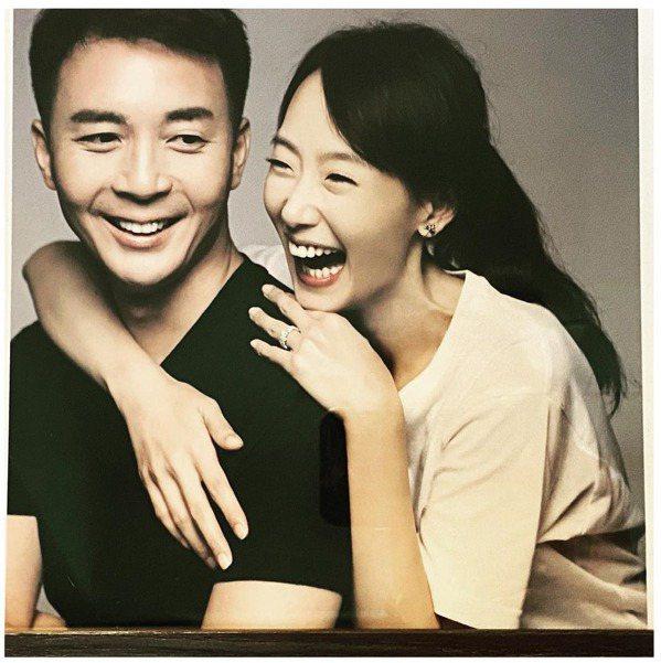 陸明君與丈夫Mark感情甜蜜。 圖/摘自臉書