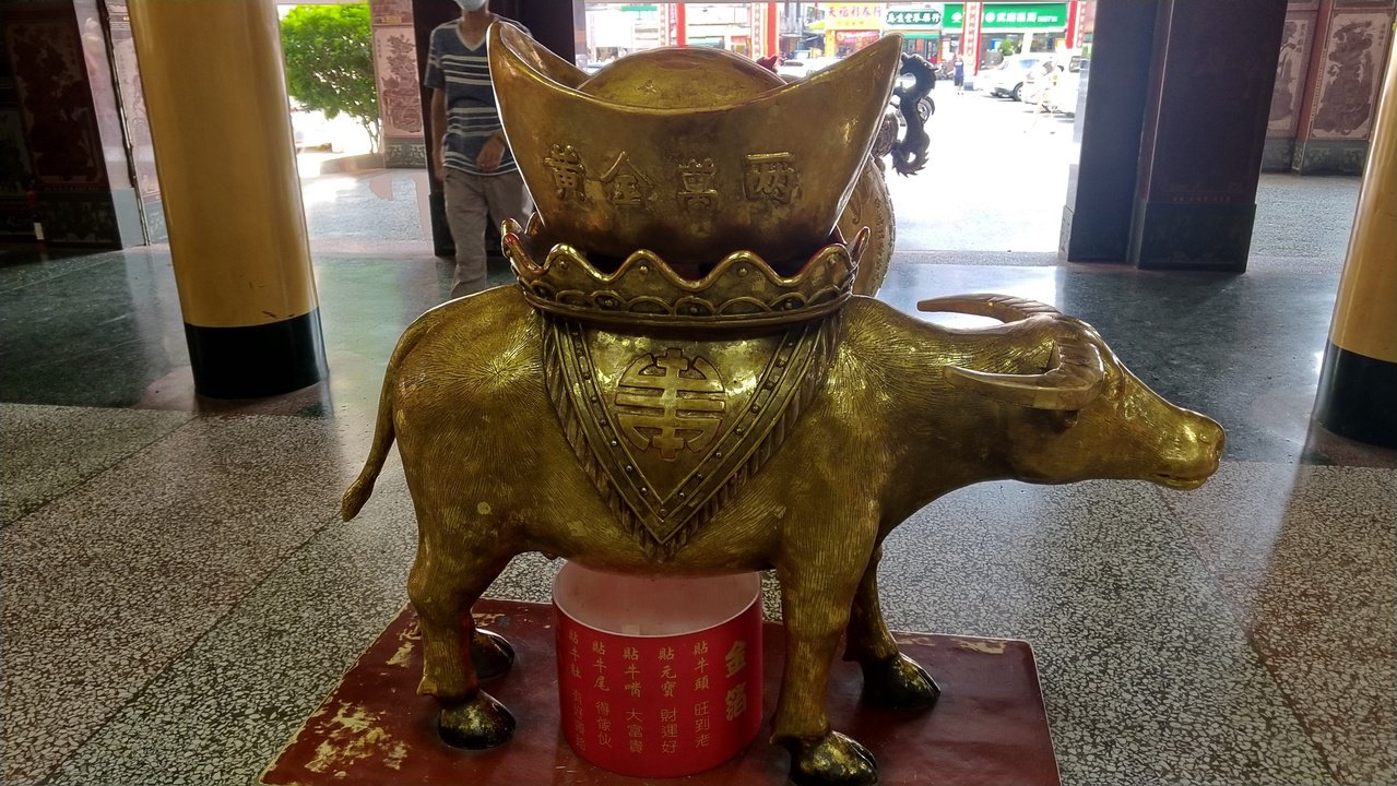 高雄關帝廟一樓財神廟前有一尊大金牛,購買金箔貼在金牛上,不同部位代表不同的好運意...