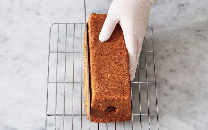 磅蛋糕先稍微靜置冷卻,趁有餘溫時將蛋糕脫模、放到網架上繼續冷卻。 圖/台灣廣廈 ...