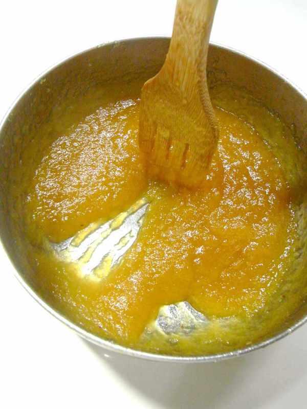 鳳梨熬煮到鍋底可刮出這樣的痕跡即可。 圖/胡涓涓 提供