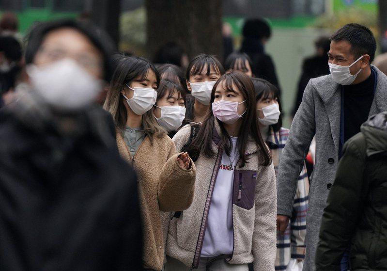日媒朝日新聞報導,日本內閣官房的新冠肺炎對策推進辦公室成員因疫情嚴重超時工作。 圖/歐新社資料照