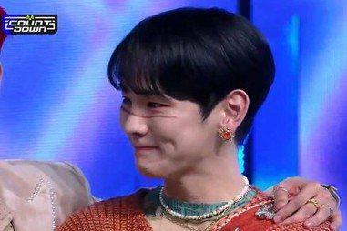 韓國男團SHINee於近日推出新專輯,4日在音樂節目「M Countdown」中以新歌《Don't Call Me》拿下一位冠軍,Key舞台上講感言時提到「最近有一位非常思念的人」,表示「到現在都還...