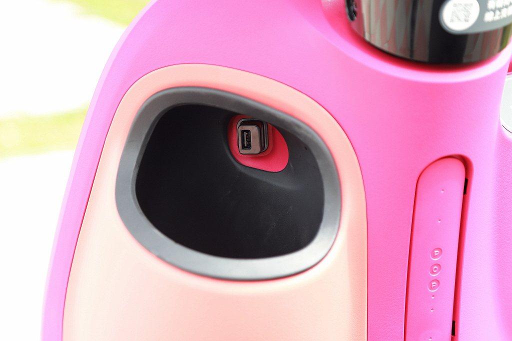 Gogoro VIVA Mix Betl頂級車型將前置杯架、UBS充電插孔都列為...
