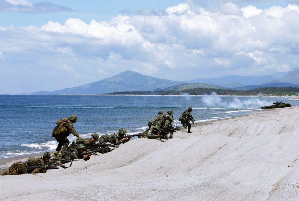 「American正在尋找未爆彈!」在沖繩的漫才表演、喜劇劇場演出中,涉及美軍基...
