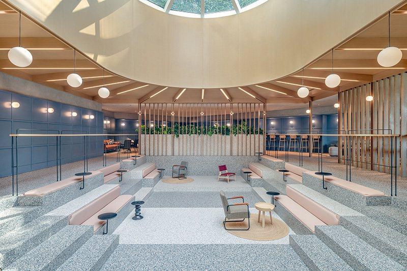 游泳池的高低落差,成為座位區。圖/Linehouse