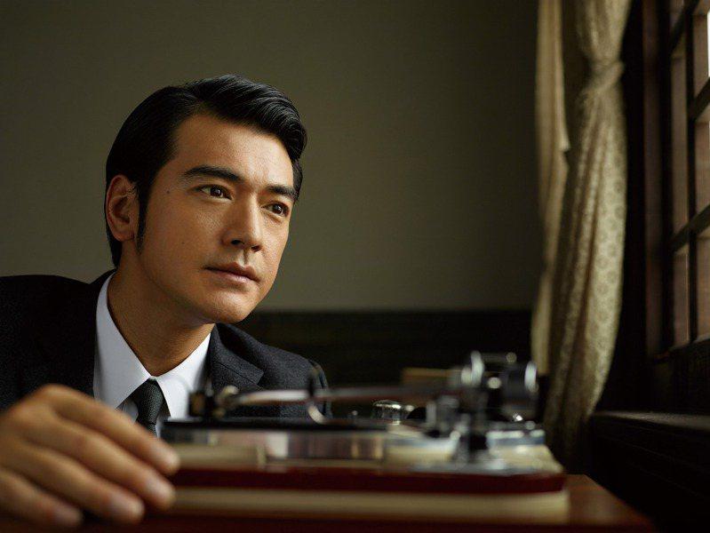 圖為金城武於2014年代言中華電信4G,重現50年代優雅紳士造型。圖/福隆提供