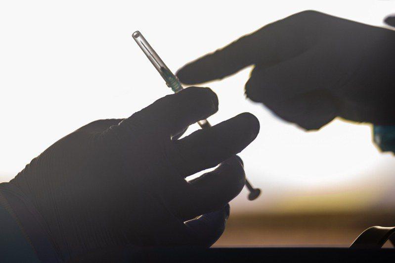 圖為新冠疫苗接種示意圖。新華社