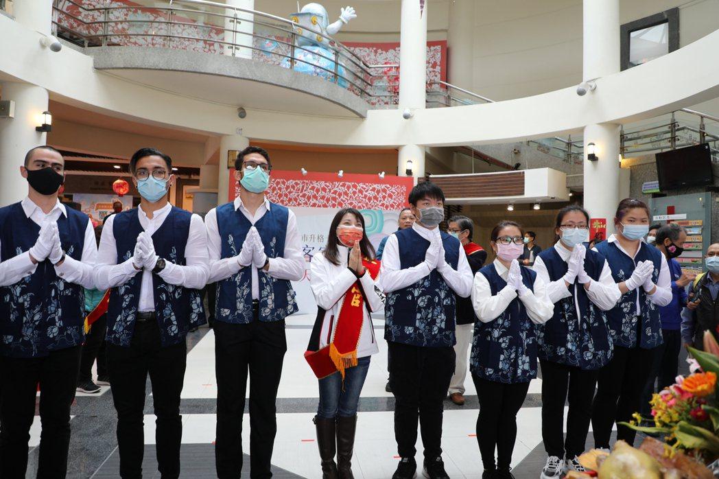 國際交換學生為自己的國家祈福。新北市客家局/提供