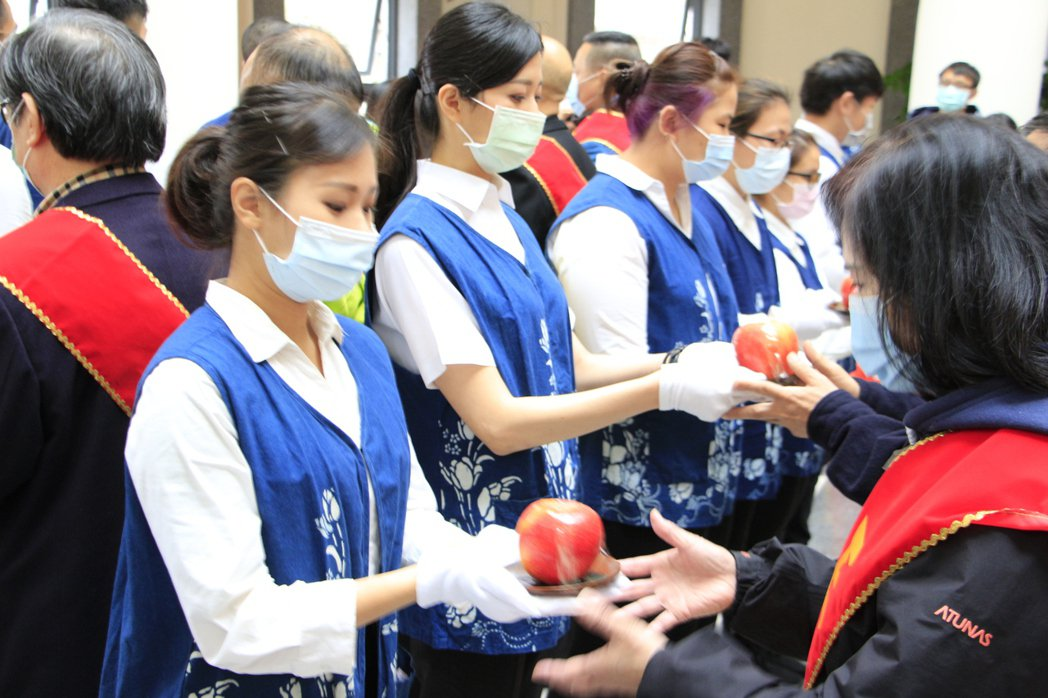 國際交換學生擔任儀式禮生。新北市客家局/提供