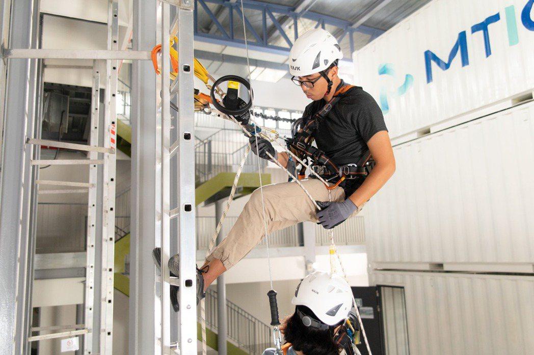 高空作業訓練教室:雙人梯上救援演練。 金屬中心/提供