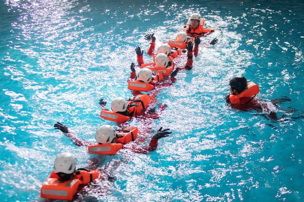 海上求生訓練池:人員演練水中單向隊形行進。 金屬中心/提供