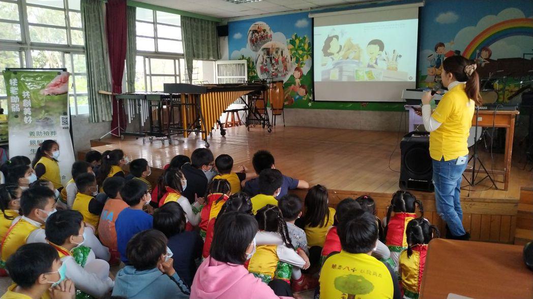 龍巖慈善基金會特地分享彩虹愛家協會出版的不死鳥故事繪本,教育孩童們當面臨寵物、家...