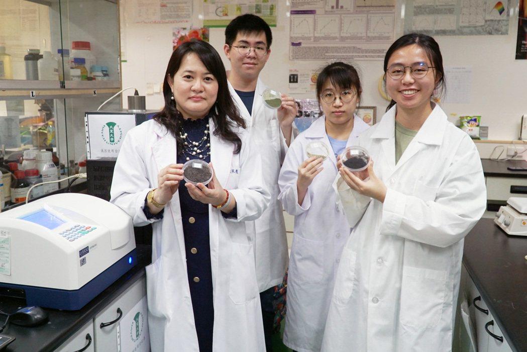 大葉大學藥保系張淑微老師(左一)長期研究酵素工程。 大葉大學/提供。