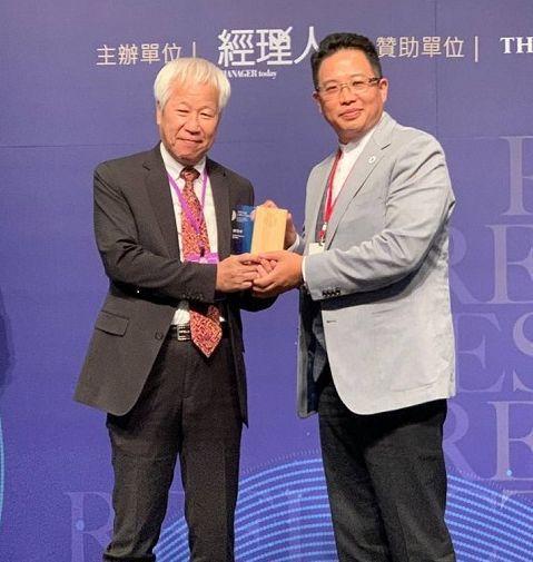 華聯智科董事總經理陳俊華(右)榮獲2020百大MVP經理人。 華聯智科/提供