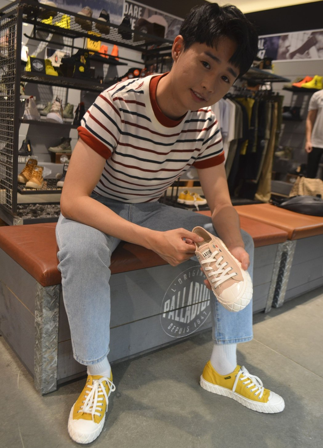 搶購試穿全新PALLA-ACE鬆餅鞋。   陳慧明/攝影