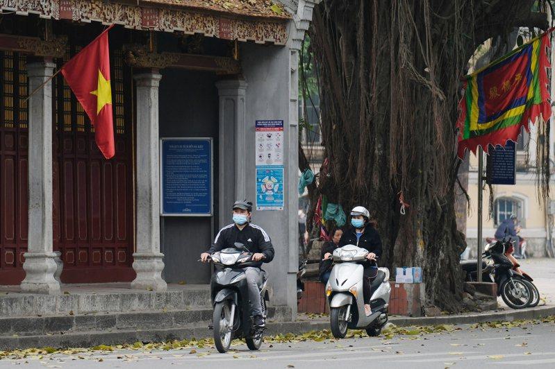 越南衛生部長阮清龍(Nguyen Thanh Long)今天說,經過品質檢驗後,首批運抵越南抗COVID-19的11萬7600劑AZ疫苗,將於8日開始對部分優先族群施打。 歐新社
