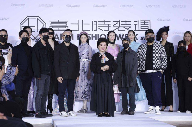 金馬影后陳淑芳及參與的台灣設計師們出席台北時裝周展前記者發表會。記者王聰賢/攝影