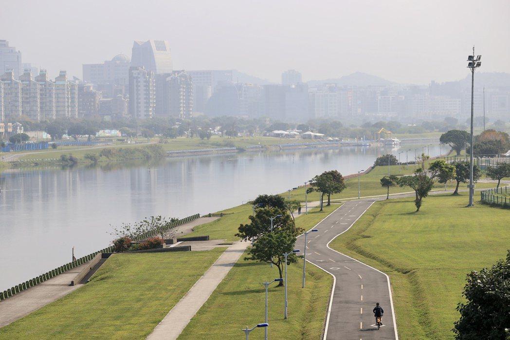 今天西半部的低層大氣很穩定,也伴隨本地的空氣汙染,要留意有些局部霧霾的現象,行車...