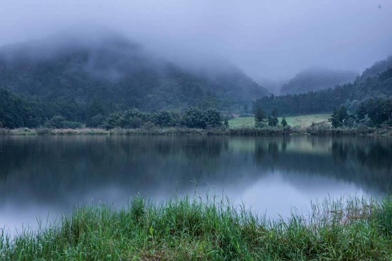 宜蘭縣雙連埤的水生植物豐富,美景天成,荒野保護協會長年來守護生態,最近為了使用雙連埤生態教室一事,與地方民眾意見分歧。圖/石世民提供