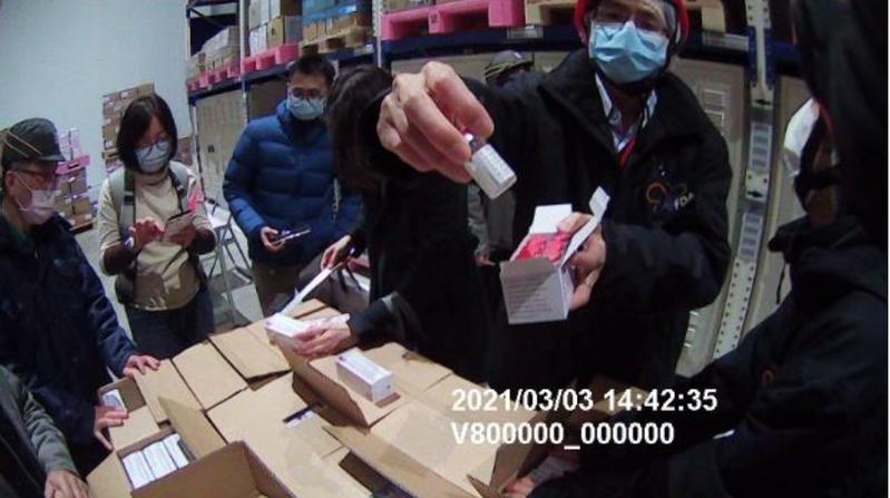 新冠肺炎首批11.7萬劑AZ疫苗3日上午抵台。圖/食藥署提供