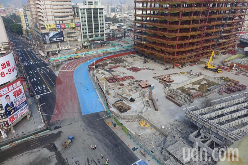 高雄市中博高架橋拆除後,交通要道中山路、博愛路的車流暫時要靠站西路(藍色、紅色)疏解。記者楊濡嘉/攝影