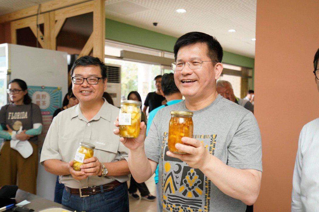 交通部長林佳龍(右)與觀光局長張錫聰(左)赴台東視察精緻旅遊。圖/交通部提供