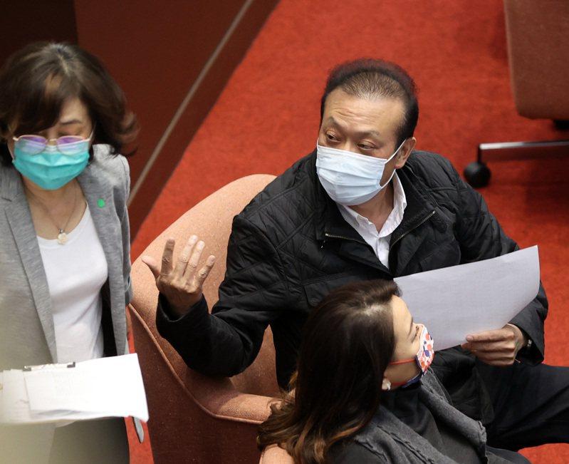 立委蘇震清(右)上午到立法院議場開會。記者林澔一/攝影