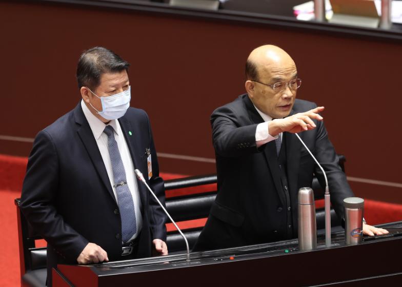 國防部副部長張哲平(左)與行政院長蘇貞昌,在立法院備詢時回答共機擾台相關問題。記者林澔一/攝影