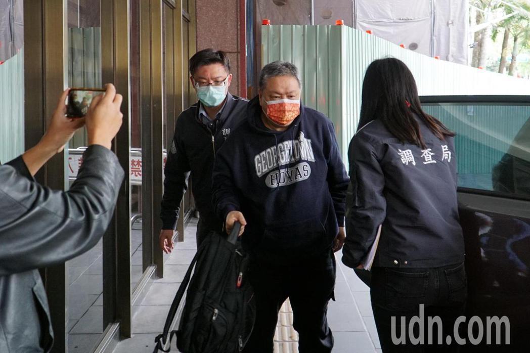 淳紳公司董事長沈瑋今上午移送台北地檢署複訊。記者賴佩璇/攝影。
