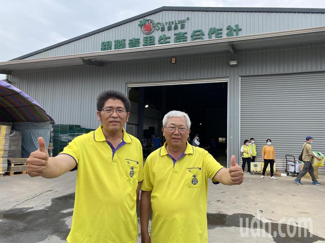 農三代洪銘聰(左)放棄機械大廠工程師工作,返鄉至今11年,與父親洪華進一起打拚。...