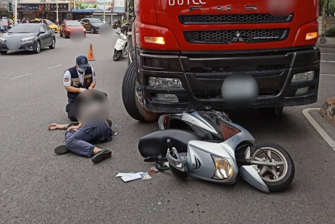 高雄消防小隊長下班接送兒子被水泥車撞 急救無效死亡