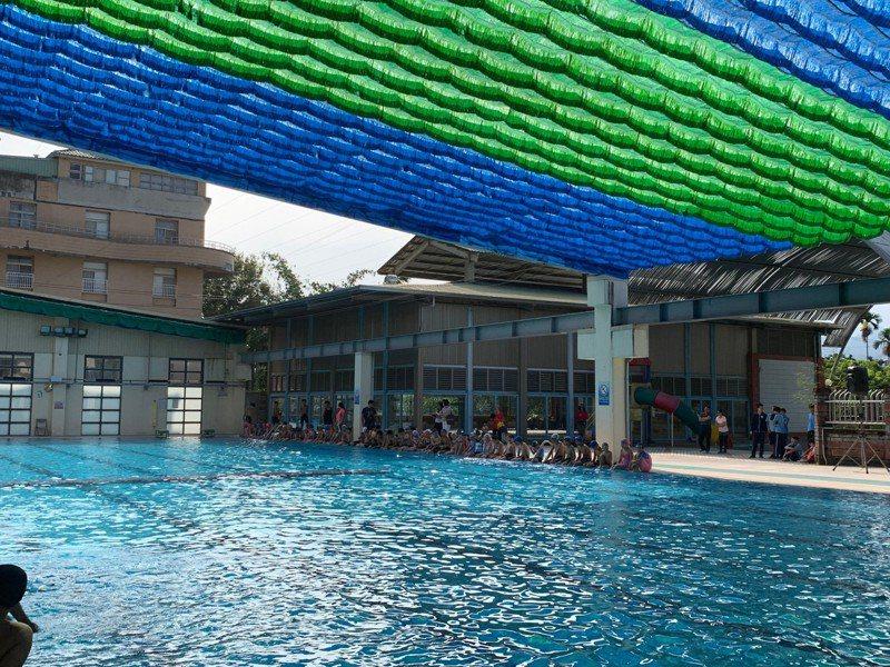 南投縣集集鎮立游泳池面對全縣上周已調整為減壓供水的黃燈,鎮公所為共體時艱,率先宣布延後開放。記者黑中亮/攝影