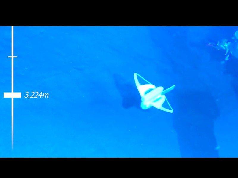 中國浙江大學李鐵風團隊在《自然》期刊發表軟體機器魚研究,圖為南海3224公尺深處成功自行游動影像。圖/翻攝自YouTube/Nature