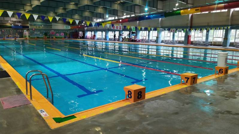 南寮游泳池因應新竹地區旱情,下周一起將停止開放。圖/市府提供