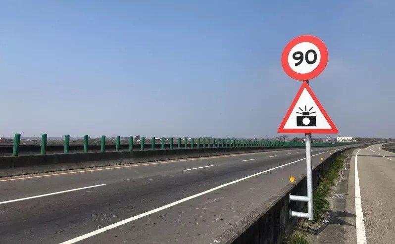 西濱快速公路嘉義縣路段,實施移動式測速照相取締起點上方處,設有測速取締標誌「警52」及速限標誌,警告車輛駕駛人。圖/警方提供