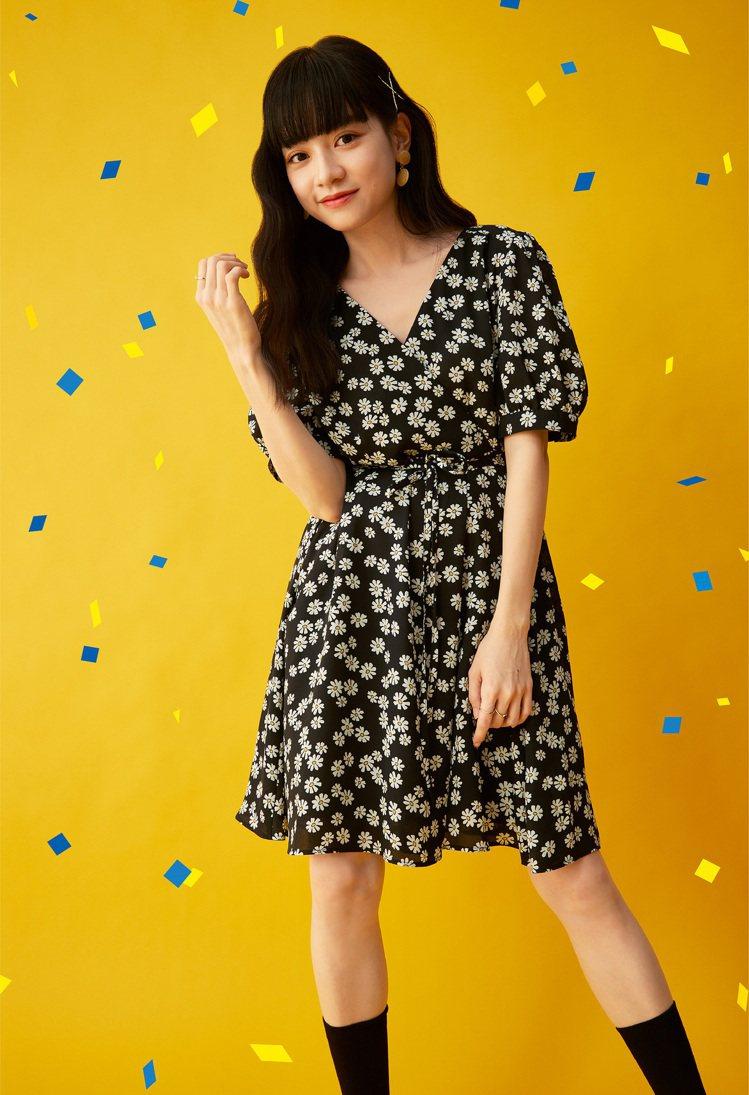 GU品牌大使姚愛寗詮釋前襟交叉連身裙890元。圖/GU提供