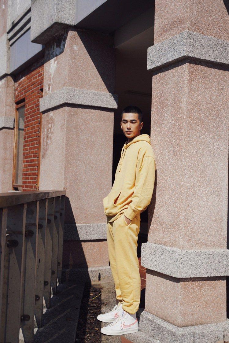 曾敬驊演繹GAP早春「法式圈織」柔軟系列服飾。圖/GAP提供