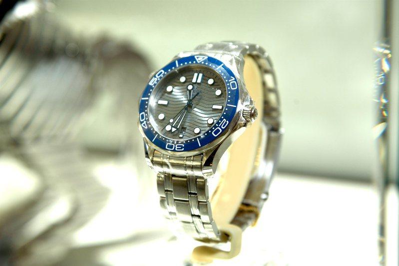 「騛躍」(2016)並搭配OMEGA海馬潛水300米腕表展出。圖 / 高登鐘表提供。