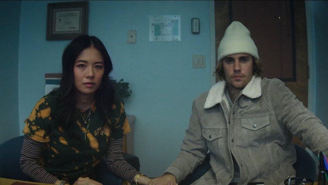 小賈斯汀(右)最新MV「Hold On」與高凌風女兒葛曉潔(左)演出一對情侶。圖