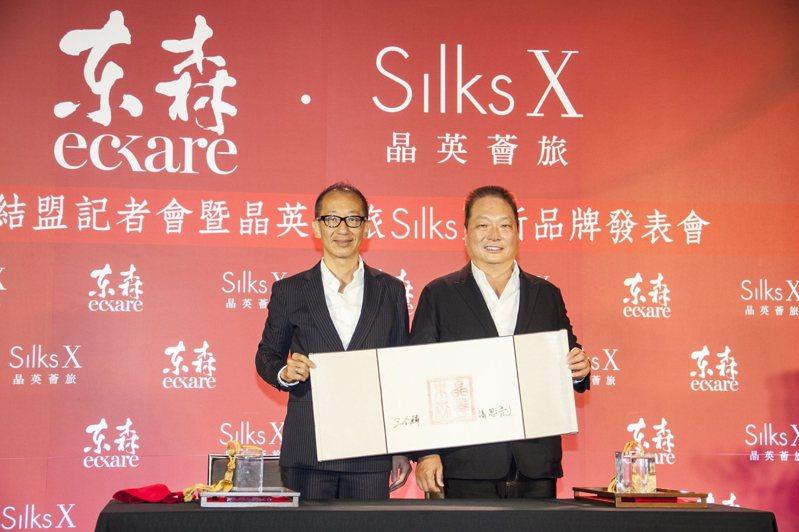 SILKS X晶英薈旅合作案簽約儀式,晶華國際酒店集團董事長潘思亮(圖左)與東森集團總裁暨東森直消電商董事長王令麟。圖/晶華提供