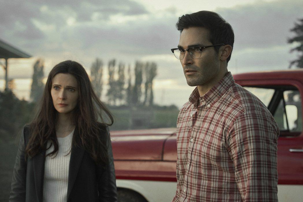 泰勒哈克林(右)在伊莉莎白塔洛克主演「超人與露易絲」。圖/Warner TV提供