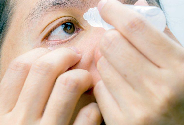 青光眼點眼藥副作用最少,但須記得按時用藥。 圖/123RF