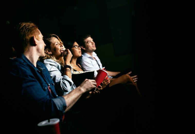 黑暗的電影院會使瞳孔放大,可能導致急性青光眼發生,高危險群需留意。圖/123RF