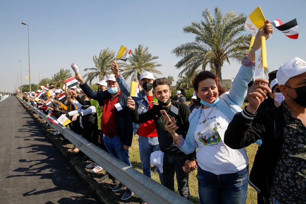 伊拉克民眾夾道歡迎方濟各來訪。(路透)