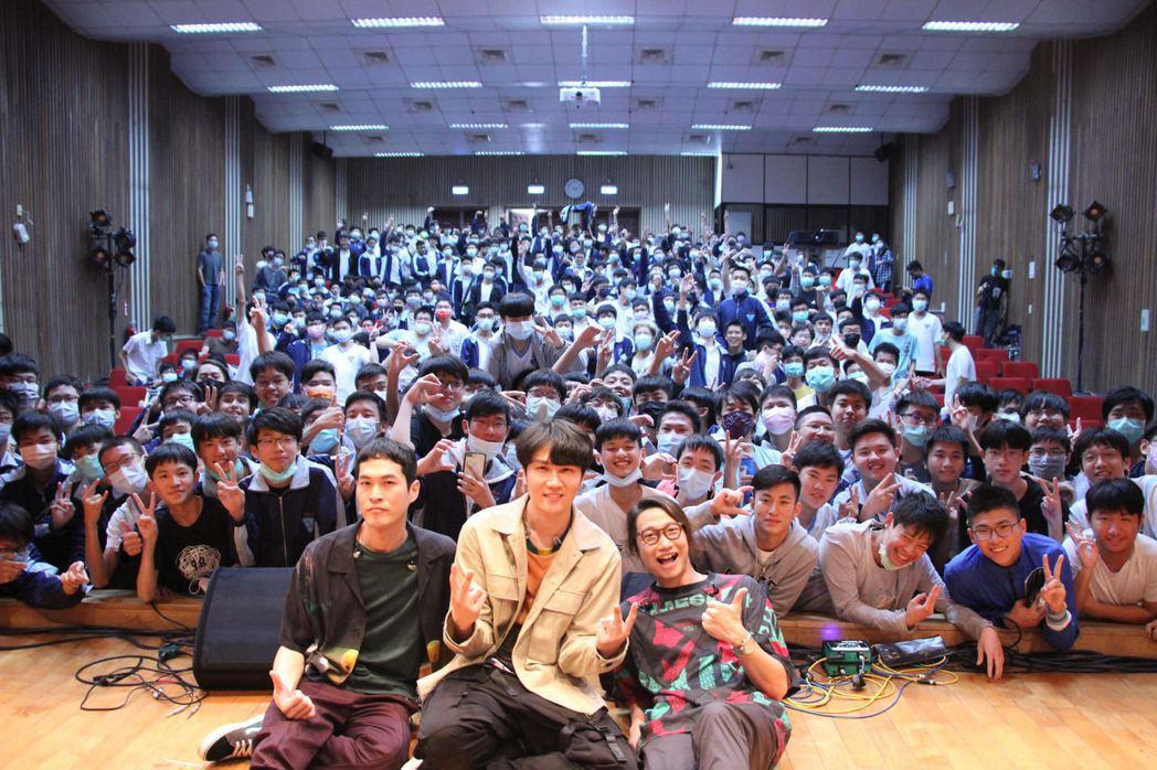 宇宙人今前進高雄中學分享「青春高校搖滾誌」。圖/袁永興提供