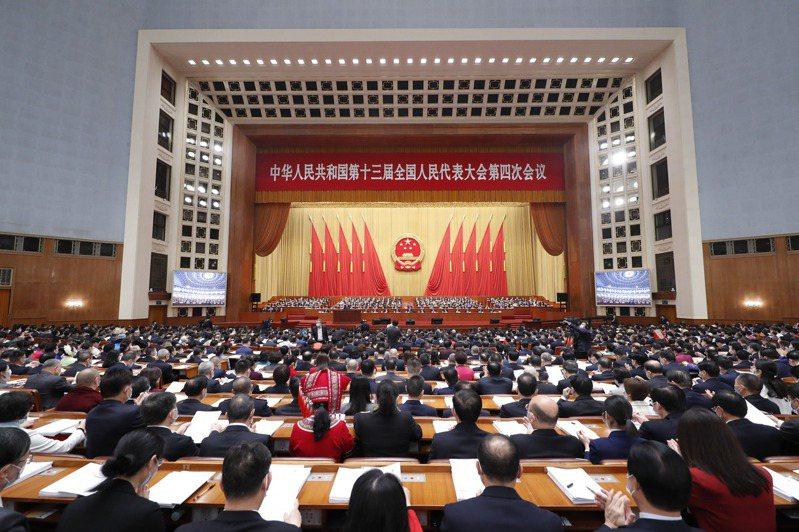 中共全國人大會議5日登場,國務院總理李克強循例在會中發表了政府工作報告,隱約預告著,中美全球經濟霸主之爭,將進入關鍵5年。香港中通社