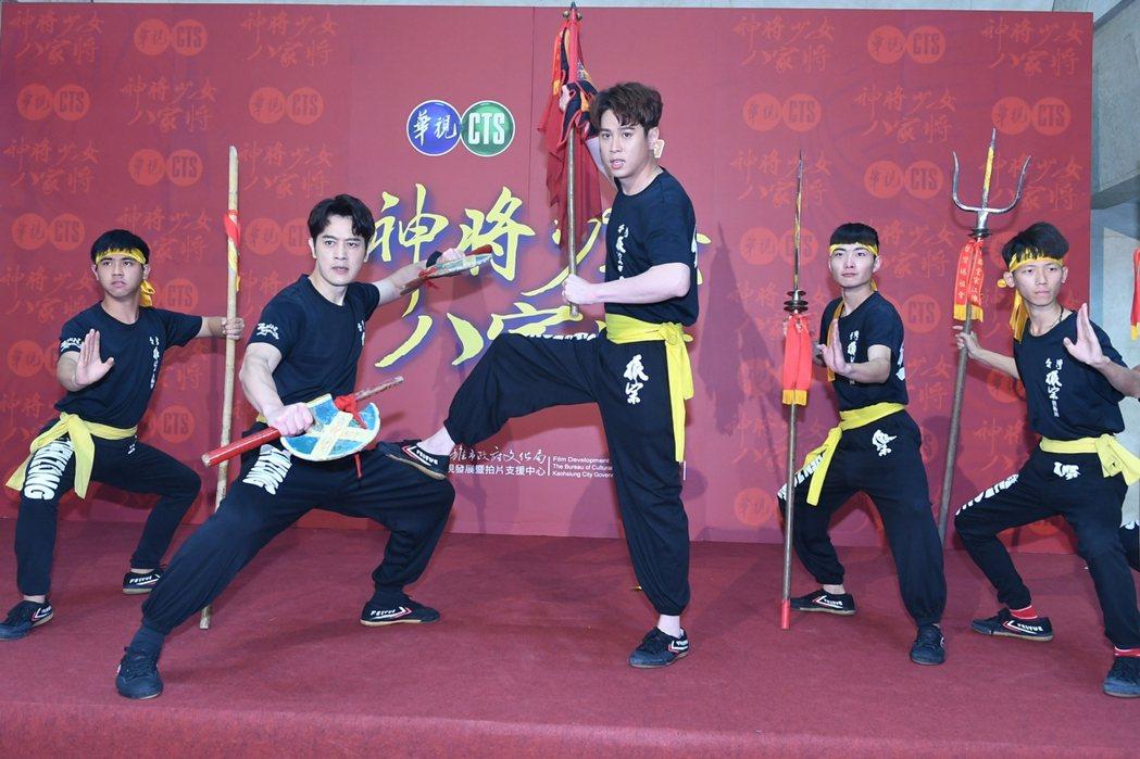 吳東諺(右)、張勛傑演出「神將少女八家將」。圖/華視提供