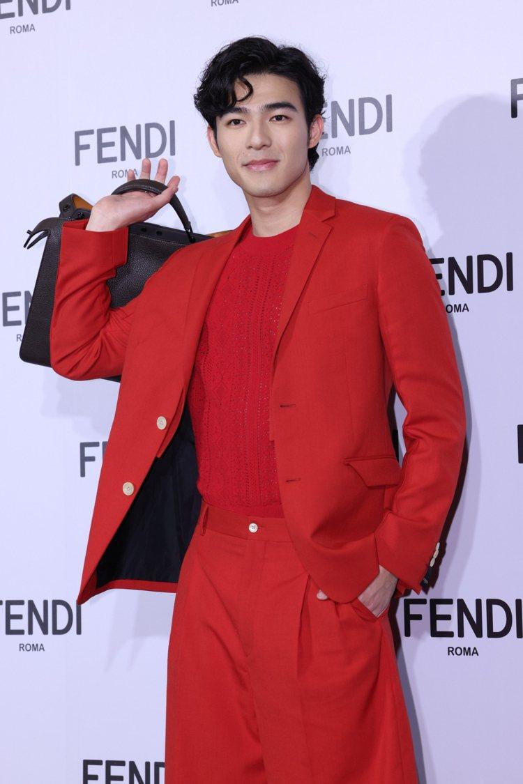 陳昊森詮釋FENDI亮紅西裝68,000元、針織衫20,800元、西褲19,80...