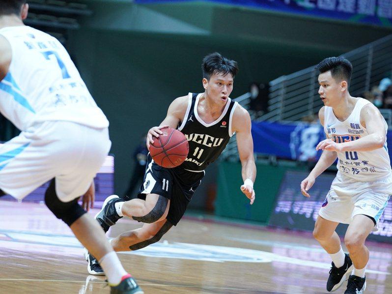 政大洪楷傑(左)與健行謝亞軒(右)今天分別投進9顆與8顆三分球。圖/大專體育總會提供