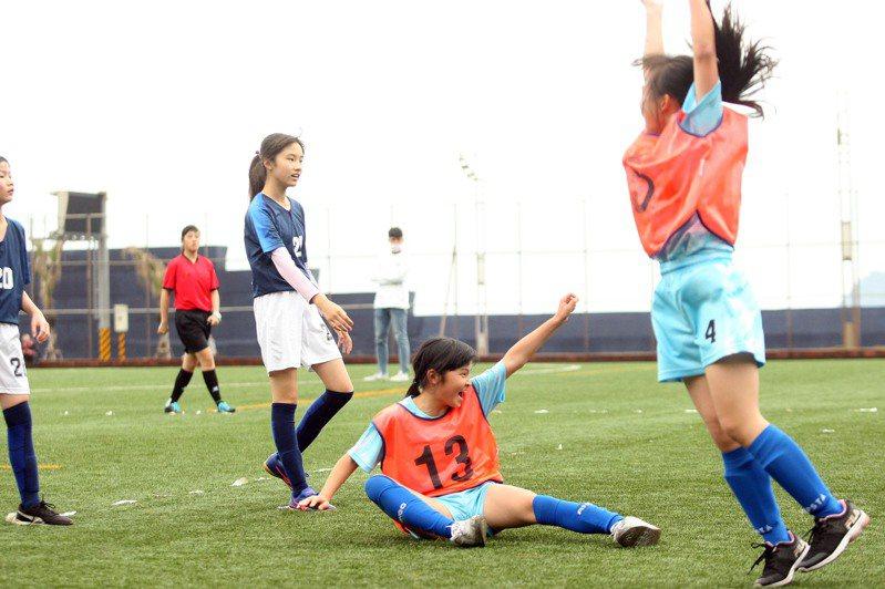 深澳國小女足隊球員踢進致勝分後振臂高呼。圖/迷你足球協會提供